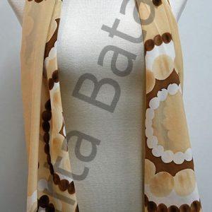 Foulard realizado sobre seda virgen Crepe de China y pintado a mano sobre seda, con el dibujo de unos cículos blancos, formados a base de redondas y sobre un fondo de color ocre.