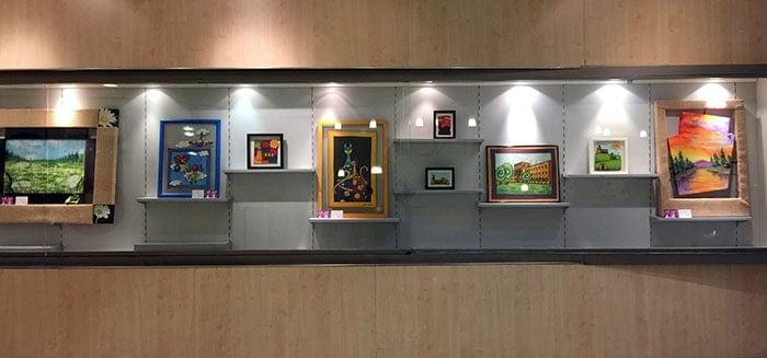 Imagen parcial de la exposición de pintura sobre seda en la sala Sunka de Lleida
