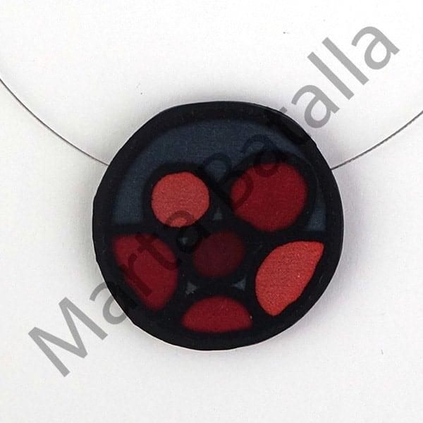 Collar de caucho con una aplicaciones de seda, círculos infinitos en tonos ocres sobre gris.