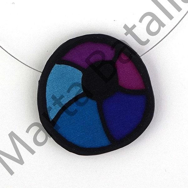 Collar de seda sobre caucho. Esferas en azules y lilas.