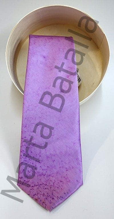 Corbata pintada a mano sobre seda con unas aguas de color violeta.