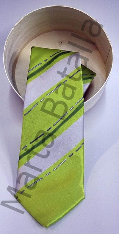 Corbata pintada a mano sobre seda con rayas blancas sobre fondo verde