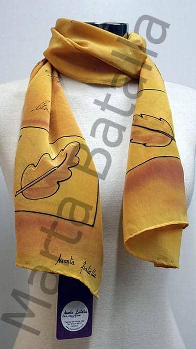 Foulard en tontos marrón y amarillo con el dibujo de unas hojas de otoño.