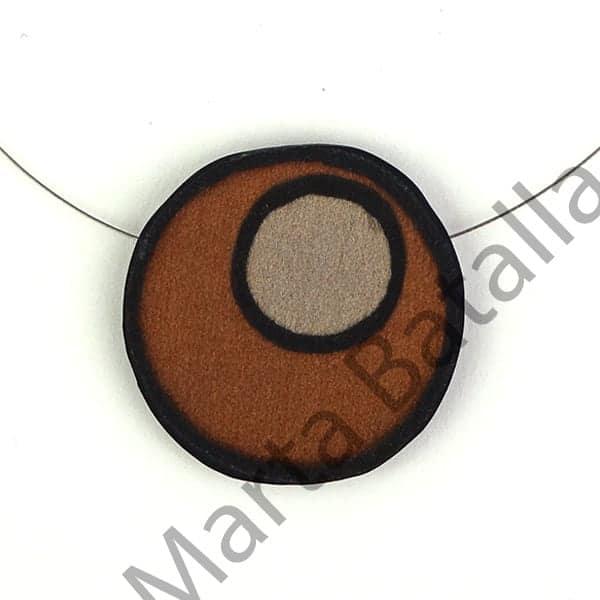 Collar de seda con el dibujo de dos redondas en marrón.