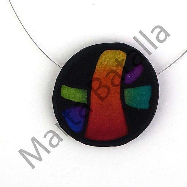 Collar de seda sobre caucho polimérico seda con cintas coloreadas.