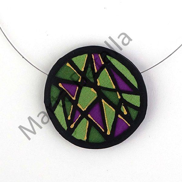 Collar de caucho con aplicación de seda dibujada en formas triangulares con colores verde y lila.